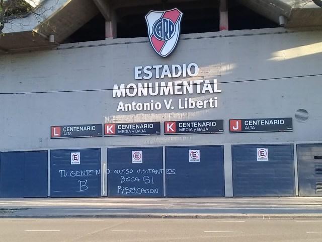 La pintada sobre uno de los portones de acceso a la tribuna Centenario (@PauloFilippini)