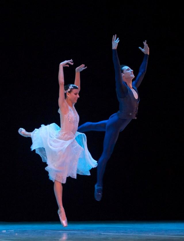 Los bailarines de ballet expatriados cubanos Yanela Piñera, izquierda, y Camilo Ramos, actualmente trabajando en el Queensland ballet en Australia (AP Photo/Desmond Boylan)
