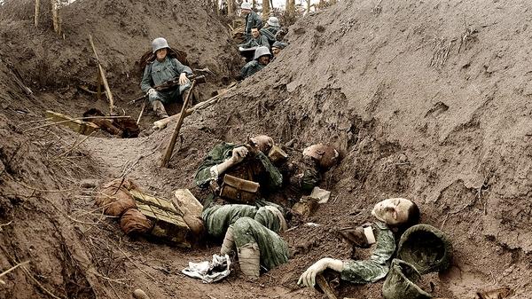 Soldados alemanes observan atónitos los restos de sus propios compañeros en una trinchera