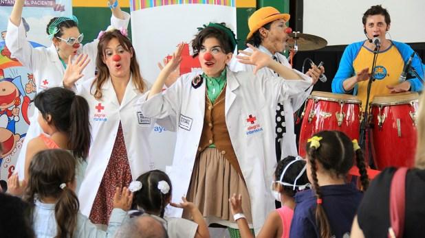 El grupo Alegría Intensiva se dedica a sacarles sonrisas a los más pequeños cuando se encuentran en el hospital Garrahan realizando distintos tratamientos