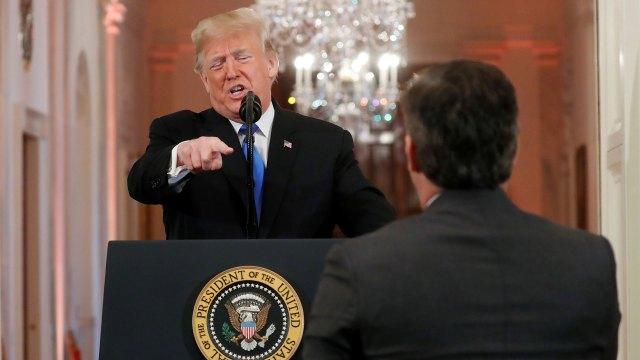 Donald Trump advirtiendo al corresponsal Jim Acosta para que no haga más preguntas (Reuters)