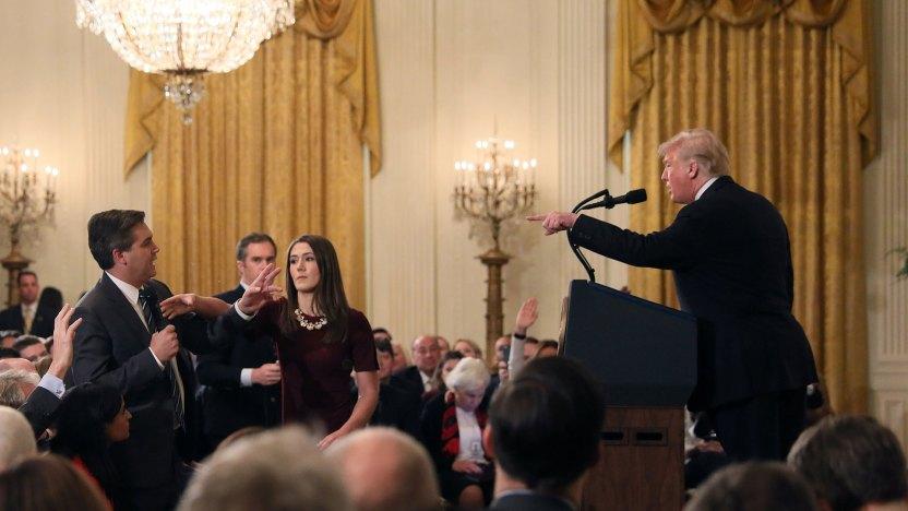Jim Acosta y el presidente Donald Trump durante su intercambio en la Casa Blanca. (Reuters)