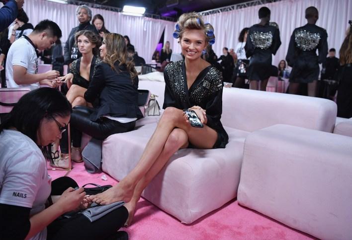En pleno backstage, también hay tiempo para dedicarle a lo beauty (Angela Weiss / AFP)