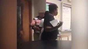 Una compañera trató de separar a la agresiva alumna de la profesora (Foto: @tvs_biddy)