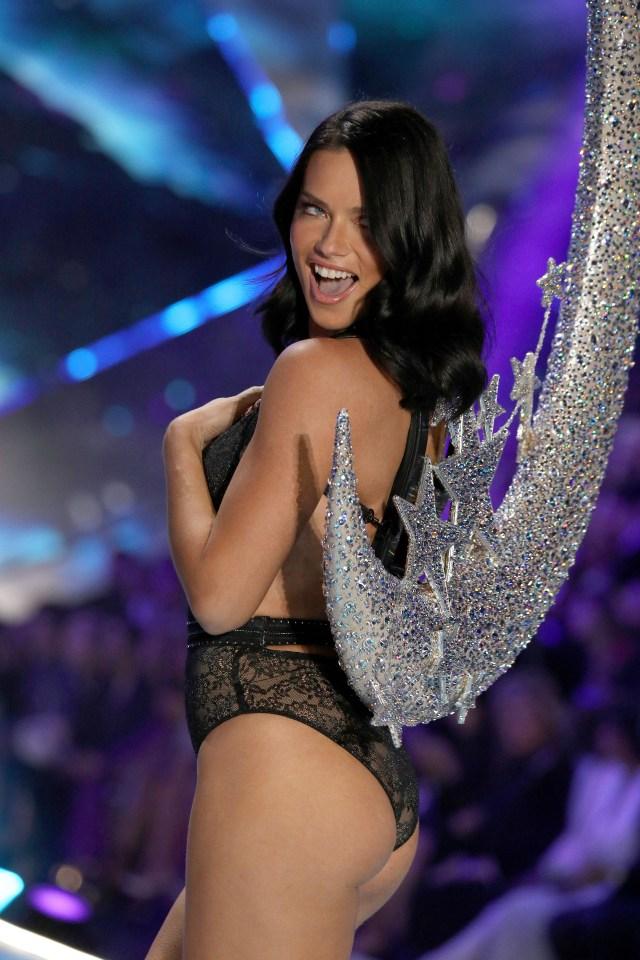 La modelo brasileña Adriana Lima, que lleva desfilando para la firma desde el año 2000, anunció en su perfil de redes que tras este desfile colgará las alas