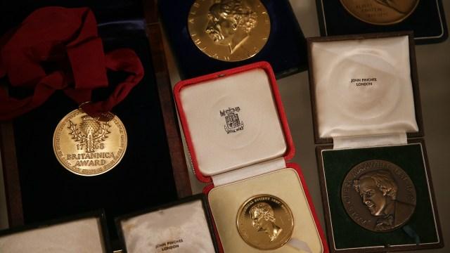 Entre los objetos había medallas y galardones (Daniel LEAL-OLIVAS / AFP)