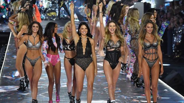 Taylor Hill, Jasmine Tookes, Elsa Hosk, Adriana Lima, Behati Prinsloo y Candice Swanepoel en el desfile de Victoria's Secret 2018(Angela Weiss / AFP)