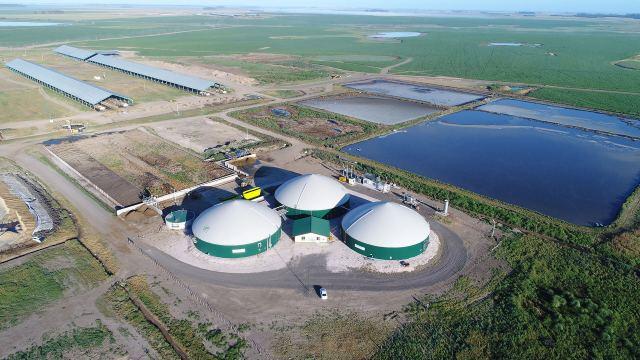 El complejo lechero de la empresa en Santa Fe, con los biodigestores en primer plano