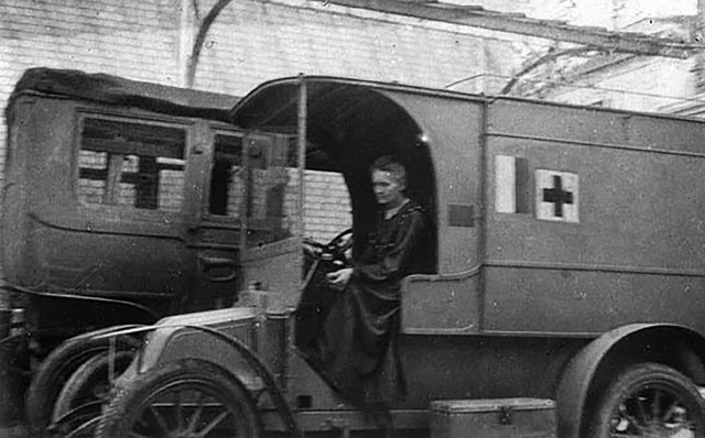 """Marie Curie al volante de una """"Petite Curie"""", 1914"""