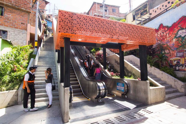 Las escaleras mecánicas han sido una gran herramienta de movilidad para los habitantes de la Comuna 13 (ACI)