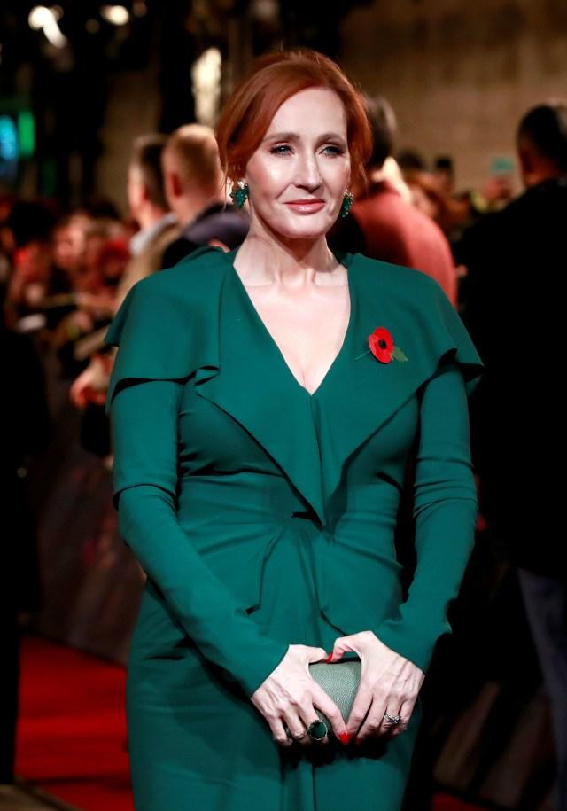 La escritora J.K. Rowling con un look íntegramente en verde inglés, el color de moda del invierno 2019