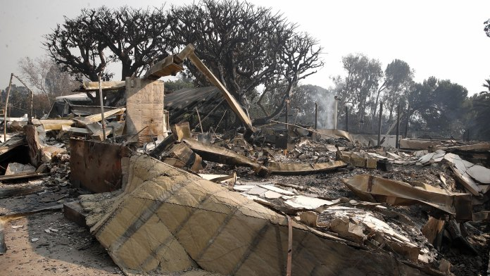Los restos de la vivienda de Robien Thicke tras el incendio en California (EFE)