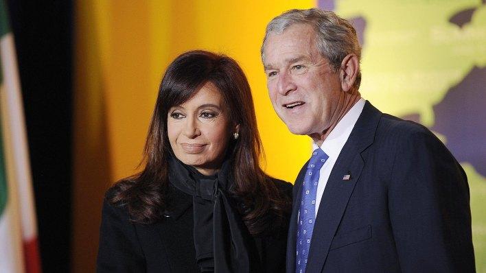 Los entonces presidentes de Argentina y EEUU, Cristina Kirchner y George W. Bush, en la Cumbre del G20 de Washington (AFP)