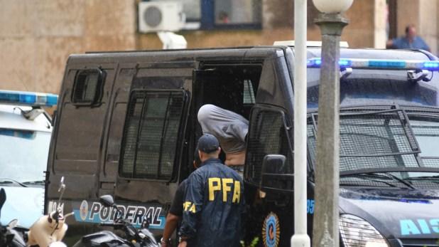 Fernández, al ser trasladado a declarar en Comodoro Py (Fabián Ramella)