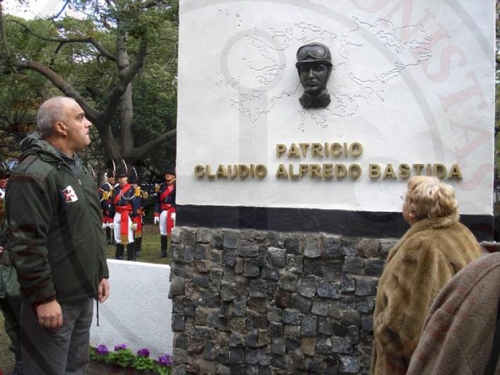 En 2009, María Vidriales y el compañero de trinchera de Claudio Bastida – Daniel Orfanotti – descubren un monumento al héroe en el Regimiento Patricios