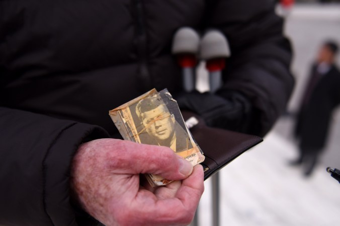 Pat Mulloy guarda una fotografía del presidente Kennedy en su billetera (Michael Robinson Chavez/The Washington Post)