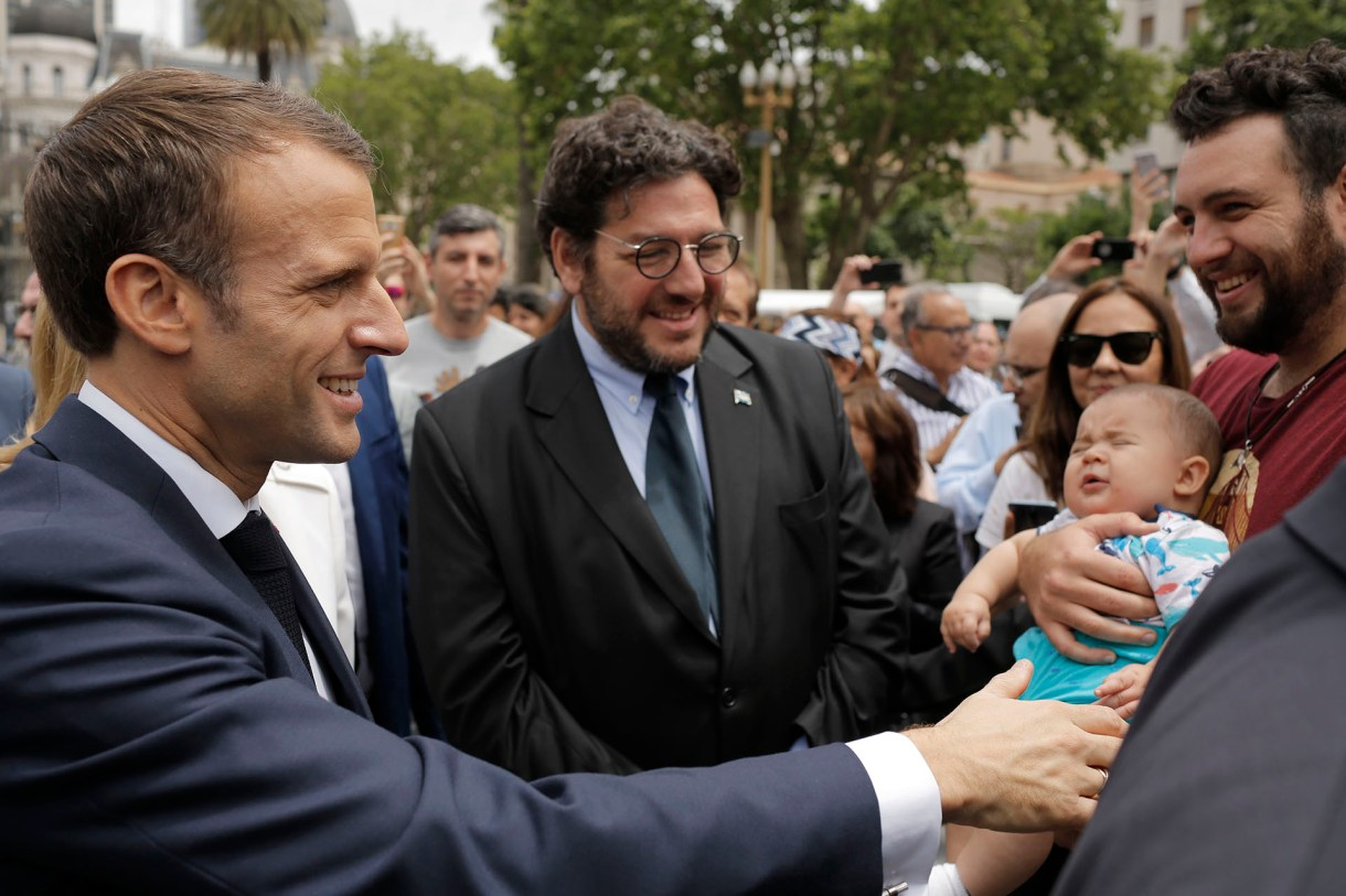 El secretario de Cultura Pablo Avelluto acompañó al presidente francés durante una recorrida por la Plaza de Mayo (AP)