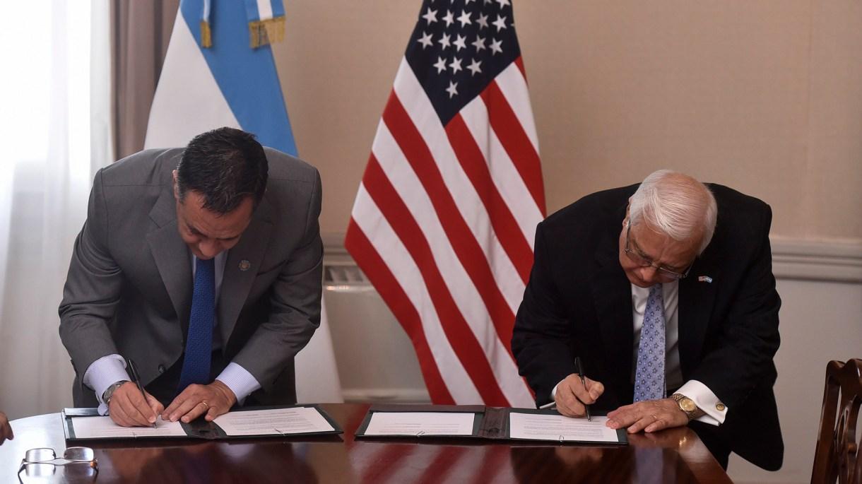 El ministro Alejandro Finocchiaro junto al embajador Edward Prado