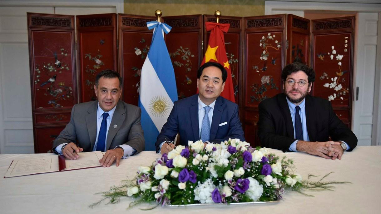 Finocchiaro, el embajador chino Wanming Yang, y el secretario de Cultura, Pablo Avelluto
