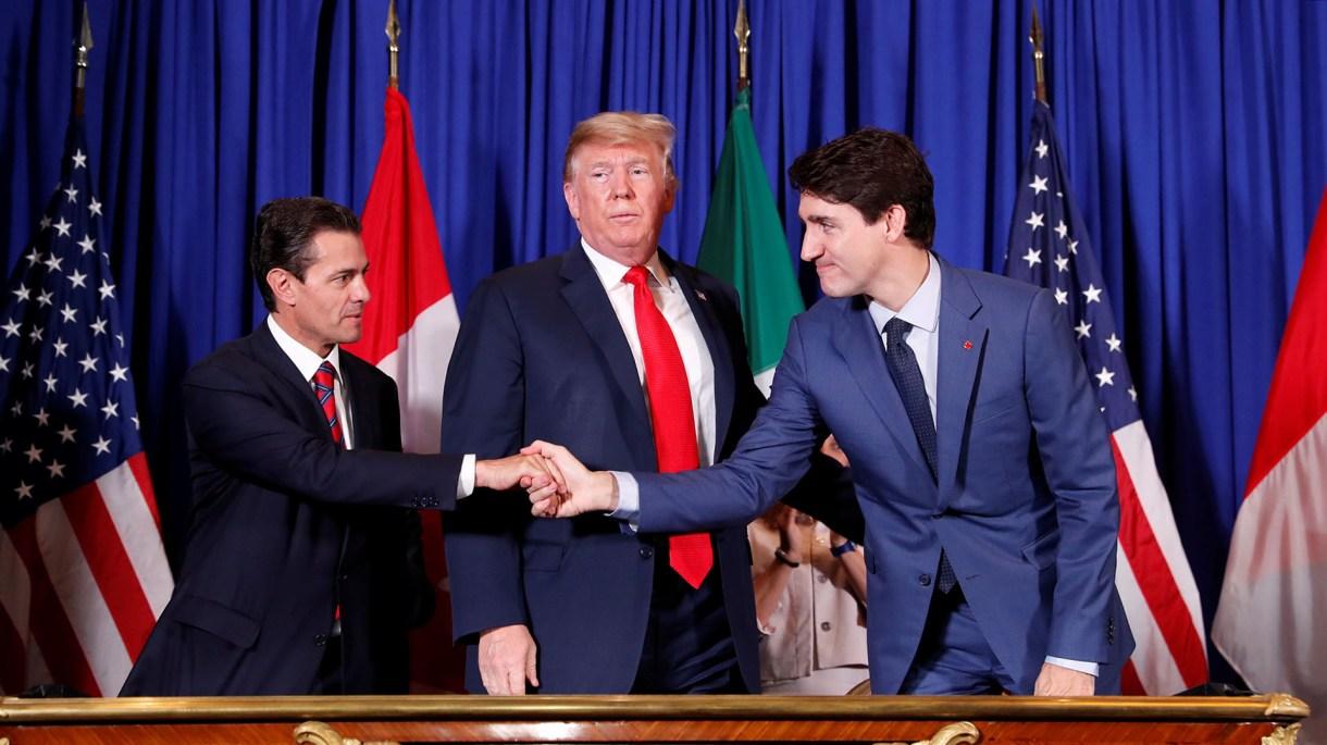 El saludo de los tres mandatarios (REUTERS/Kevin Lamarque)