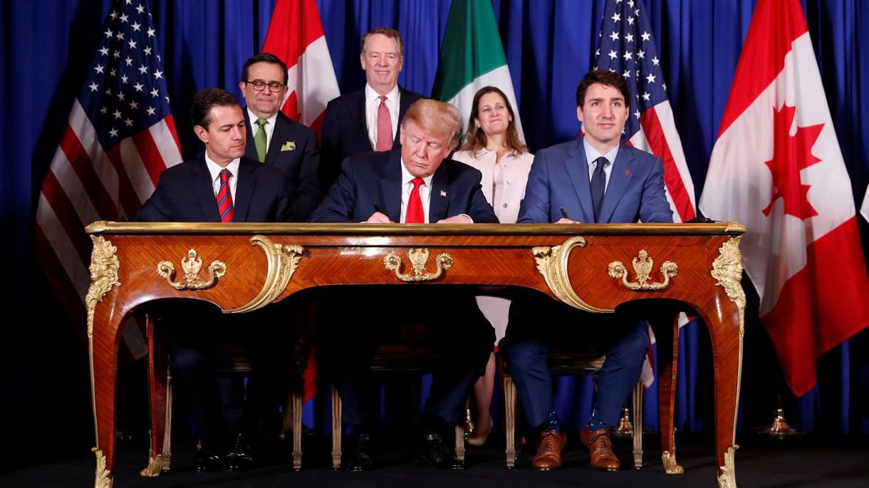 La firma del nuevo acuerdo comercial tuvo lugar antes del inicio de la cumbre del G-20 (REUTERS/Kevin Lamarque)