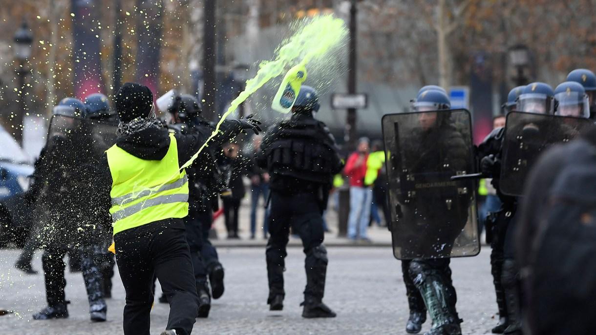 Un manifestante se enfrenta con la Policía de París(AFP)