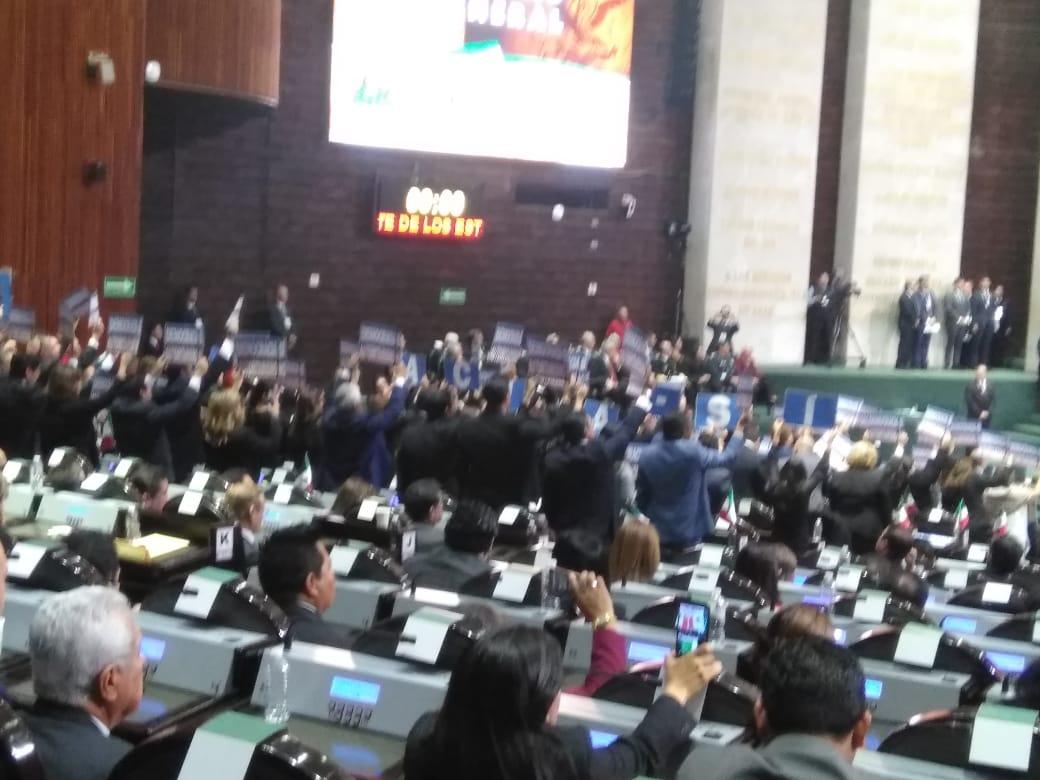 Muestran cartulinas en el discurso del presidente Andrés Manuel López Obrador