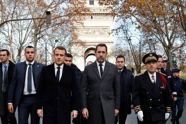 Emmanuel Macron recorre la zona de los disturbios al día siguiente. Su imagen cayó a su punto más bajo desde que asumió el cargo (Reuters)
