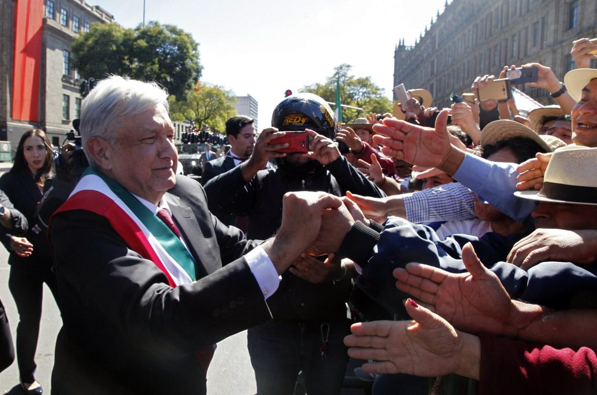 Desde su primer día como mandatario la gente lo espera en las puertas de Palacio para hacerle peticiones o saludarlo (Foto: Claudio Cruz / AFP)