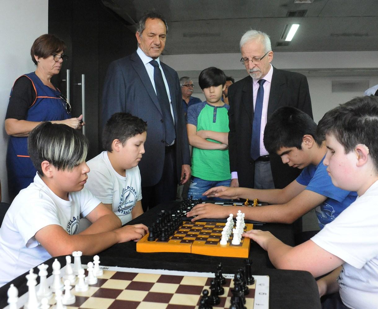 El ex gobernador de la provincia de Buenos Aires, Daniel Scioli, promovió la charla de Leontxo García en el Centro Cultural Fontanarrosa, en Rosario