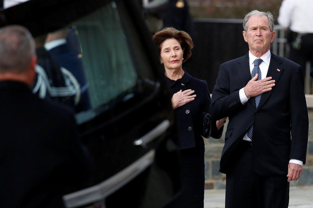 El ex presidente George W. Bush y Laura Bush observan como el ataúd del ex presidente George H.W. Bush es llevado por una guardia de honor militar (Reuters)