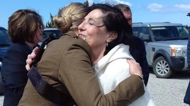 El emocionado abrazo de despedida en las islas con la asesora de las Fuerzas Británicas
