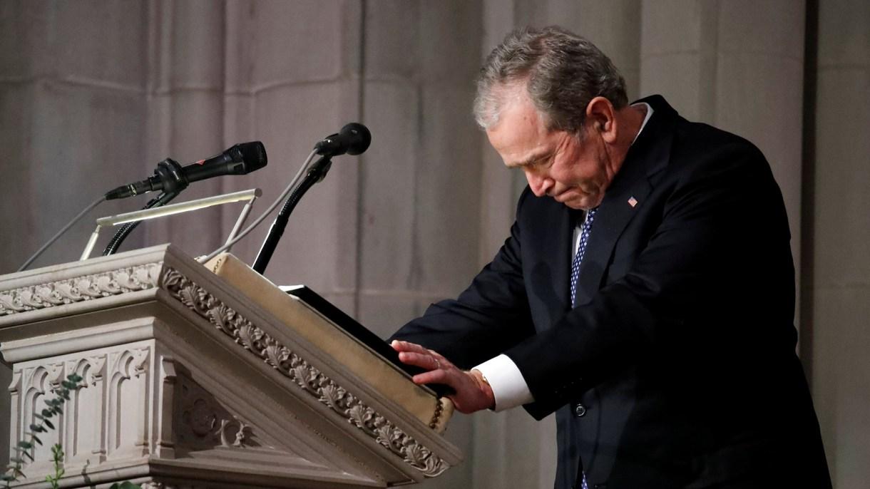George Bush rompe en llanto durante el funeral de su padre. (Reuters)