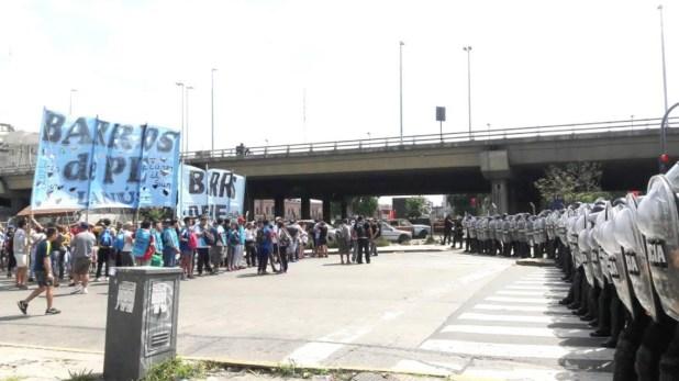 Los manifestantes están instalados frente a la estación de trenes de Constitución