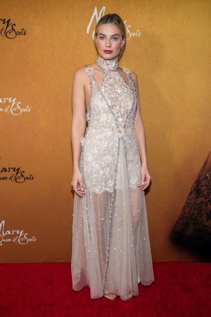 Margot Robbie, quien interpreta a la reina Isabel I, lució fascinante con un vestido nude con transparencias y bordados plata
