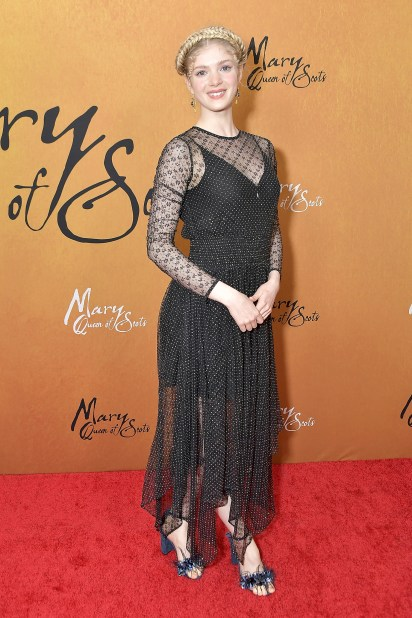Elena Kampouris lució su figura con un vestido negro y plata con transparencias