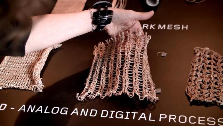 En su proyecto, los diseñadores portugueses Digitalab crearon un sistema que transforma el hilo de corcho, a través de un proceso computarizado, en mallas textiles maleables y resistentes (Federico Lo Bianco)