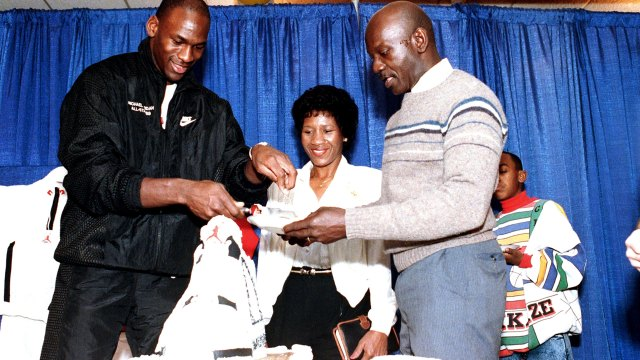 Michael Jordan, junto a su padre, James, y su madre, Doloris, en el cumpleaños 26 del baloncestista, el 17 de febrero de 1989 (AP)
