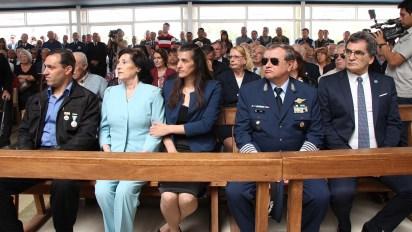 La familia, el jefe del Estado Mayor de la Fuerza Aérea,brigadier general (VGM) Enrique Víctor Amrein y Claudio Avruj, secretario de Derechos Humanos (Thomas Khazki)