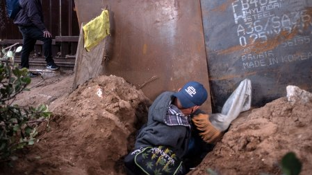 Desde el lado mexicano, unos y otros se ayudan a pasar la valla fronteriza. (Foto: AFP)