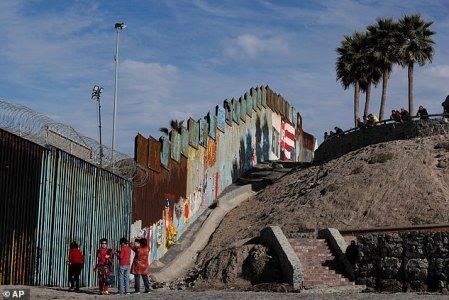 Turistas en la franja fronteriza para captar imágenes de su visita. (Foto: AP)