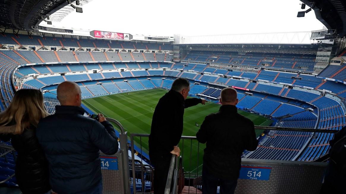 El Santiago Bernabéu se prepara para recibir 80 mil fanáticos este domingo (AP / Manu Fernandez)