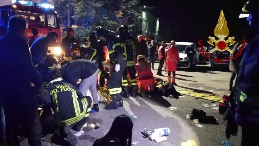 Personal de emergencia atiende a las víctimas en Corinaldo, cerca de Ancona (Vigili del Fuoco via REUTERS)