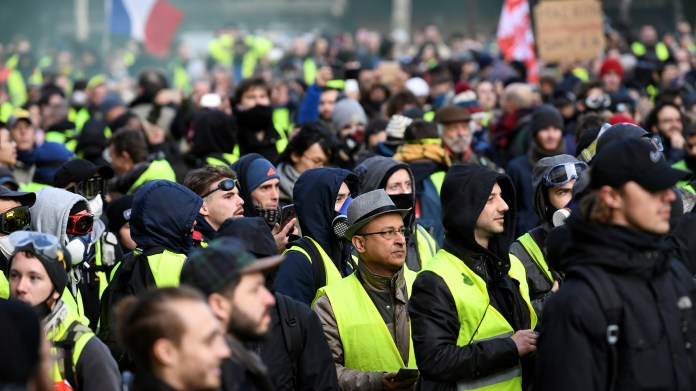 En toda Francia se han desplegado medidas de seguridad excepcionales, sobre todo en París, donde las escenas de guerrilla urbana del pasado sábado impactaron al país y al mundo (REUTERS/Piroschka van de Wouw)