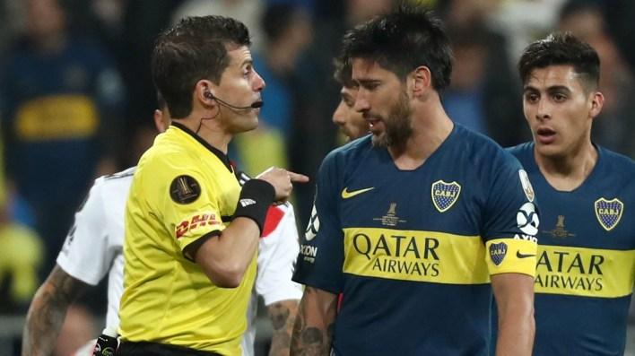 Pablo Pérez discutiendo con el árbitro Andrés Cunha