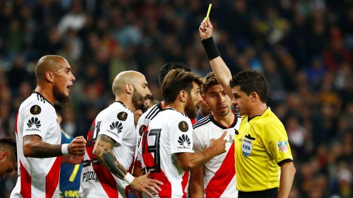 Cunha vio infracción en una jugada en la que Ponzio fue al piso ante Nández