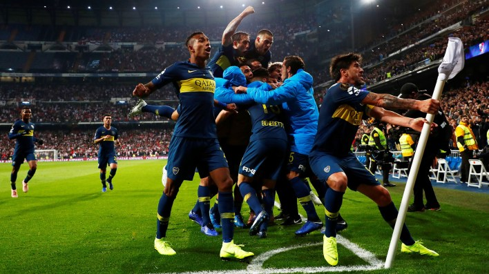 Todos los futbolistas corrieron a festejar el gol