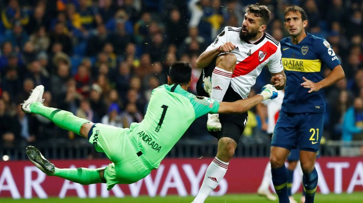 La polémica del partido, Andrada chocó a Pratto y el árbitro cobró jugada peligrosa del delantero de River