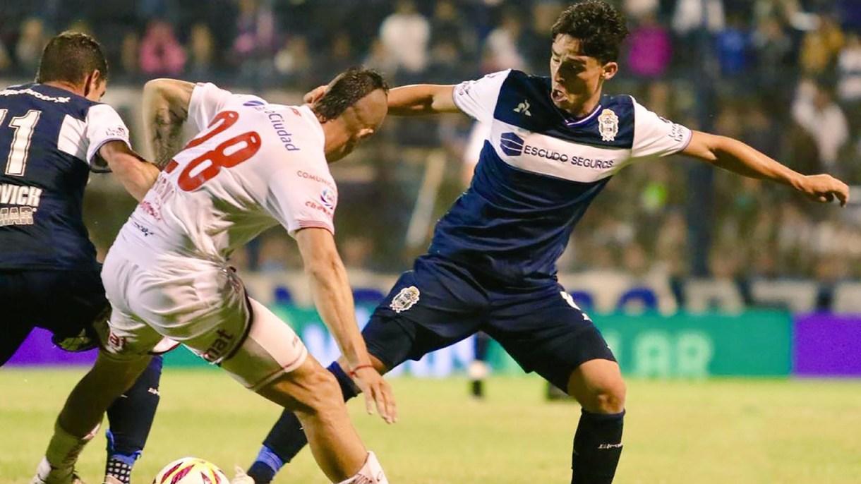 Chimino y Faravelli luchan por la pelota: se jugó bajo la lluvia en La Plata (@gimnasiaoficial)