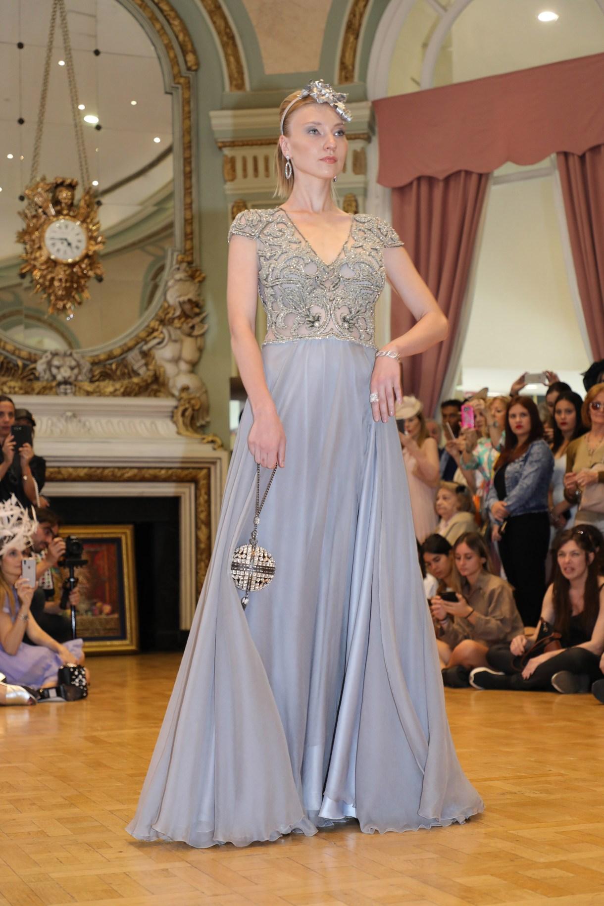 El estilo y la tradición que revelan esos maravillosos colores, fascinators y escultóricos diseños de las mujeres en Royal Ascot, se trasladaron a la pasarela de moda, ubicada en el exterior de la Tribuna Oficial del Hipódromo Argentino de Palermo
